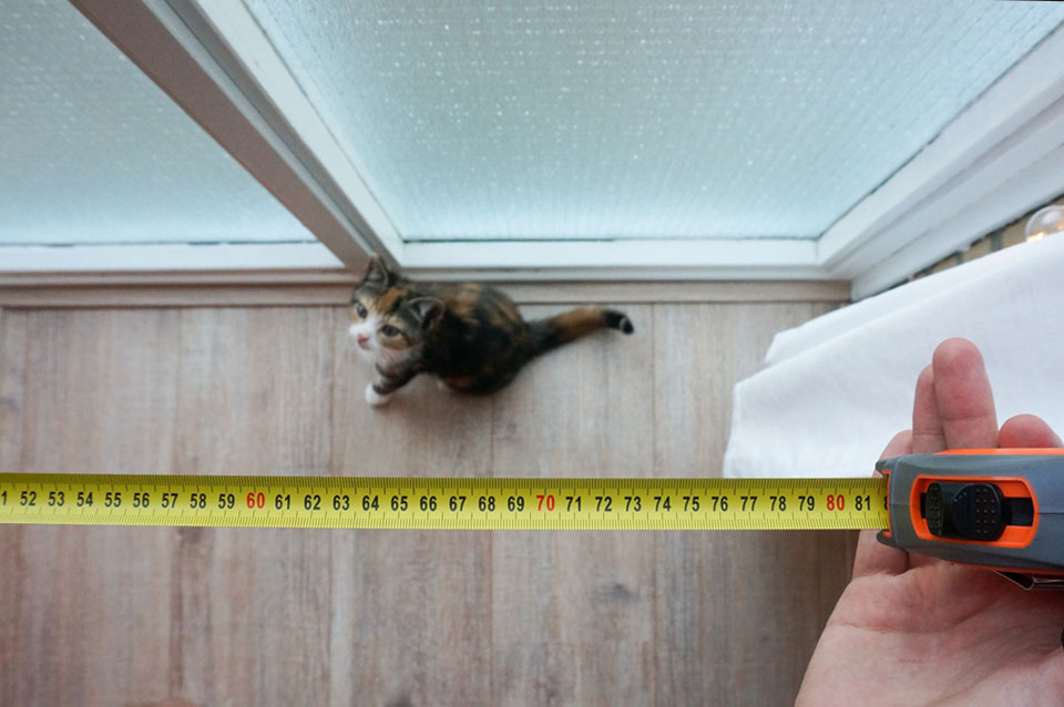 DIY vensterbank afmeten en nieuwsgierige kitten
